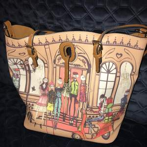 Eco-leather tote imitating an old Moschino bag collection. Great condition! Only very small signs of wear at the corners, barely noticeable. Very clean interior with a velvet-like lining.