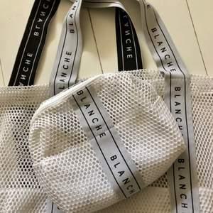 Väska och necessär från BLANCHE - vit. Använd - går att tvätta för att få som ny.  Nypris väska: 500kr  Nypris necessär: 400kr
