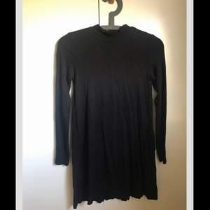 Svart klänning strl xs från gina tricot, aldrig använd