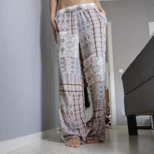 Mysiga mönster byxor med lite pös! Riktigt sköna att ha på sig under vardagen. Pma gärna vid frågor! 💕💞
