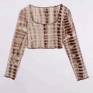"""snygg tröja som är ganska """"udda"""" mönster på. Fin till sommaren 🤍🤍😃 Storlek Xs men skulle passa en S också! 80kr inkl frakt🤍"""
