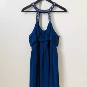 Mörkblå knälång klänning med strass från TNFC London.