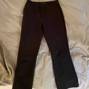 De perfekta kostymbyxorna från Gina, hur sköna som helst och väldigt fina🖤tyvärr passar inte dessa längre så därför säljer jag dom. Men de är i fint skick trots att de är välanvända☺️