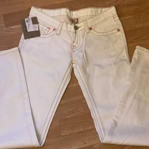 Lägger upp igen då för många oseriösa. As feta vita true religion jeans med snygg stitching på rumpan. Frakt 66kr (spårbart. Säljer då dem var för långa för mig, skulle passa bäst på någon med längre ben💕 står att det är storlek 29 men skulle säga att det är mer en 27. Innerbenslängden är ca 80cm och dem är 88cm runt höfterna❤️