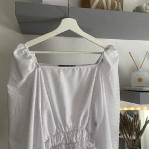 En vit topp från Chiquelle, storlek 40 (passar mindre storlekar) och använd en gång! Säljs för att den är för stor för mig, i bra kvalité🤎 100 kr plus frakt!!