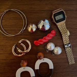 Stora guldiga ringarna från Monki. Brun/vita örhängena från H&M. Dessa två är max använda 2ggr. Klocka från Casio i väl använt skick.  Klocka 80kr, resten 20kr/st. Paketpris kan diskuteras!🍒🌞