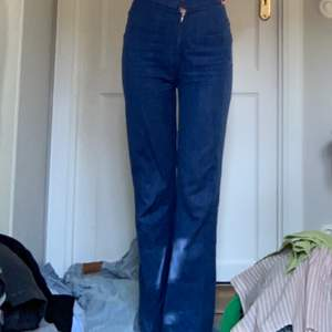Så fina rikirgt blåa jeans i den perfekta passformen! Materialet är inte så tjockt vilket är bra inför sommaren! Köpta på humana förra sommaren men knappt använda pga för små! Har dock ett litet hål i grenen som är enkelt att laga om man har ork! Väldigt långa samt väldigt stretchiga!