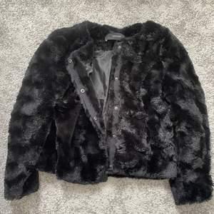 Svart fuskpälsjacka från Vero Moda. Finns i Kiruna men kan skickas om köparen står för frakten. 😊