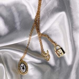 Halsbandet till vänster: 149 kr, 14kt guldpläterad hänge med kedja i rostfritt stål. Halsbandet i mitten: 99 kr, både hänge och kedja i rostfritt stål. Halsbandet till höger: 99 kr, 14kt guldpläterad hänge med kedja i rostfritt stål. Finns flera st av varje i lager. Nya/oanvända. Fri frakt 💕