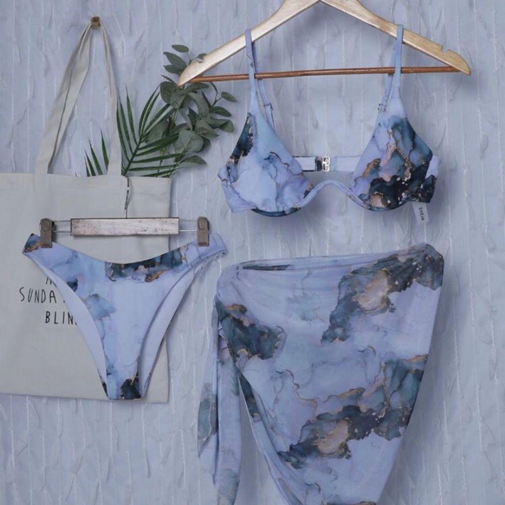 Säljer denna vita mönstrade bikinin med kjol i storlek M från Shein. Aldrig använd. Köpt för 139kr säljer för 100 kr plus frakt 24kr 🤍. Övrigt.
