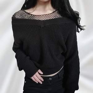 Söt svart stickad off shoulder tröja! Brukar styla med nättröja för en extra alternativ look 🖤 Cropped modell* I bra skick! Storlek XS men passar även S eftersom den är lite oversized. Frakt tillkommer 💌