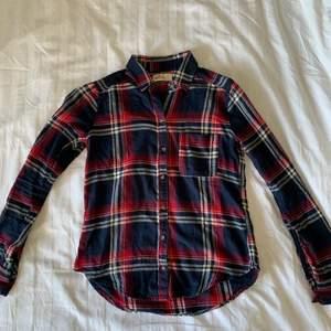 Säljer denna coola skjortan från Hollister!💙 Skjortan är i bra skick och sitter som en smäck. Storlek XS, men skulle säga att den även passar S. Köparen står för frakt.