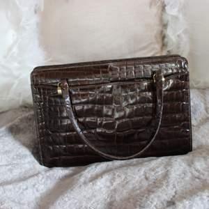 Så fin väska i en fin mörkbrun färg av krokodilmönster (ej äkta krokodil). Vintage men i fint skick! 😽