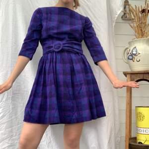 Säljer en riktigt balla och unik vintage klänning! Det finns tyg att ta ner ifall man tycker den är för kort. Den är verkligen så härlig med ett passande skärp till. Riktigt 70-tal med god kvalitet och i bra skick. Mer info i bion + dm vid frågor. Checka även in mina andra annonser och sammfraktar mer än gärna💞✨🌸