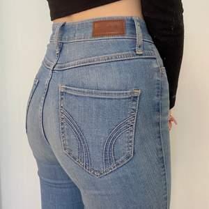 Super fina ljusblåa Hollister jeans i storlek w23 L30 jag har storlek xs/s och dem passar perfekt. Men dem kommer tyvärr inte till användning längre och därför säljer jag dem 💗 frakten är gratis och spårbar 💗