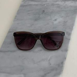Oanvända bruna solglasögon. Köparen står för frakten som ligger på 65 kr och betalning sker via swish💕