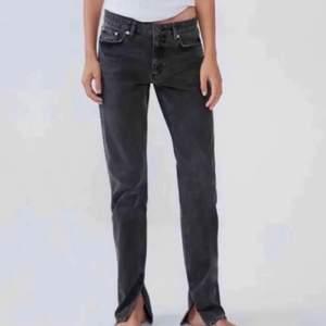 INTRESSEKOLL på mina super snygga trendiga zara jeans med slits som är helt slutsålda! Buda i kommentarerna!❤️