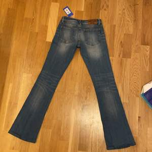 Supersnygga jeans jag köpt på sellpy, men de var tyvärr för små för mig! De har lite bootcut och skulle säga att de är i storlek xxs. För preferens har jag w25 i highwaisted jeans men eftersom dessa är lägre sitter de mer på höfterna, som är bredare.