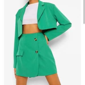 super trendigt grönt set, både kavaj och kjol 💚😍 för stora i midjan på mig så säljer vidare. går att sy in om man vill! frakt 66 kr (spårbar)