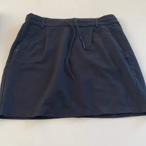 Svart kjol från only. Super fin och skön till sommaren. Saknar en svart metall bit på ena snöret, inte stor detalj.