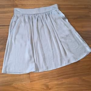 Kjol med fickor, resår bak i midjan så passar många! Ser ut att vara satin/siden. Är egentligen mer beige än bilden visar.