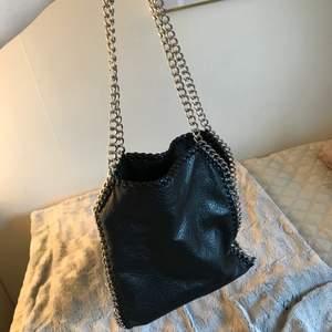 Säljer den klassiska tiamo väskan som knappt gått åt till att användas då den inte passar min stil. Men otroligt fin och i bra skick.