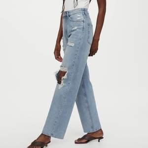 Slitna jeans från hm, stora hål så passar för den som verkligen gillar denna looken. Otroligt fina på men måste tyvärr göra mig av dom då jag gått upp i vikt. Använda men är i bra skick.