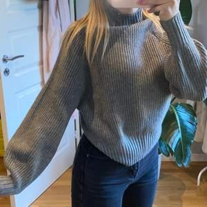 Super fin grå stickad tröja i storlek Xs/S!! Superfin att slänga på sig en sommarkväll med en kjol men passar även med ett par vanliga jeans🥰🥰