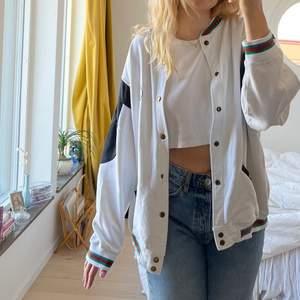Skitsnygg tröja/kofta köpt vintage💕 storlek L/XL och sitter oversized på mig som vanligtvis har M och är 176cm lång💖 materialet är som en sweatshirt, bara att skriva för fler bilder