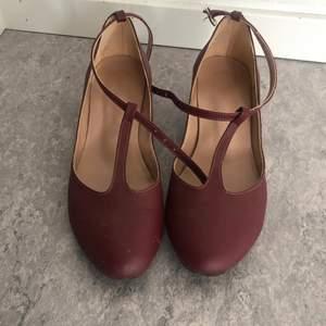 Vinröd ballerina skor. Storlek 37