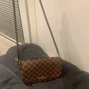 Fake louis vuitton axelväska som man kan göra till handväska