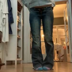 Ett par lågmidjade jeans från Guess som är snörade. Midjemått: 39 Innerbenslängd: 79