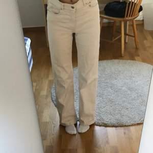 Supersnygga beiga bootcutjeans från Carin Wester! Bra skick då de ej är använda så mycket som typ allt annat jag äger i min garderob 😺.