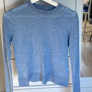 Superfin blå stickad tröja från Carin Wester, storlek XS men passar S lika bra, inga skador eller liknande och bra skick!!💕 100kr+45kr frakt 🙌🏼