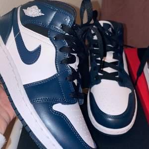 Säljer dessa nya jordans som köptes för 2 veckor sen på Nikes hemsida, endast provade till bilden, säljs då jag aldrig fått användning av de, pris kan diskuteras ❤️ Säljer direkt snabb affär för 1500 ❤️
