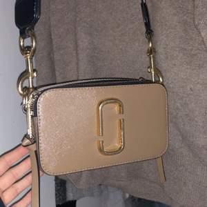 Skitsnygg väska från Marc Jacobs i fint skick. Färgen är lite avskavd vid vissa ställen på gulddetaljerna, men inget man lägger märke till. Inköpt på Jackie & kvitto samt dustbag medföljer. Hör av dig om du är intresserad💕💕