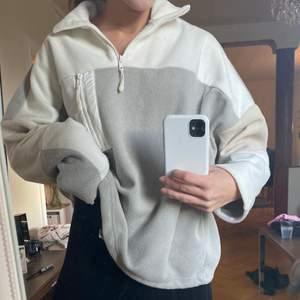 Zipup tröja från monki i stl xs, men är ocersized💘 Resår längst ned, så går att dra åt om man vill ha den kroppad.