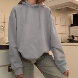 Supersnygg hoodie med en läcker blå färg, skulle önskat att den passade mig men köpte en i M eftersom jag så gärna ville ha denna hoodien! Nu har jag nog insett att den är för lite för stor för mig😅 Säljer denna då, i princip nyskick. Använd fåtal gånger men inte långa stunder. Även tvättad då jag alltid tvättar mina nya kläder❤️ ( den ser väldigt ljus blå ut men är inte så jätte ljus blå som den ser ut!😇 ) köpare står för frakt💕 + pris kan ABSOLUT diskuteras!!💗💗