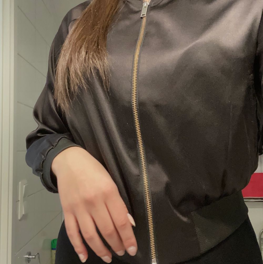 Säljer denna fina jacka ifrån Ginatricot. Lite tunnare material, skulle säga en perfekt vårjacka/tidig höst. Storlek XS, passar även S. Köparen står för frakt💞. Jackor.