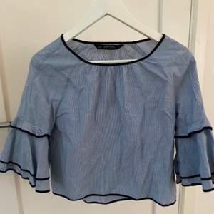 En söt topp/blus från Zara i storleken XS! Toppen har volanger på armarna🥰🥰
