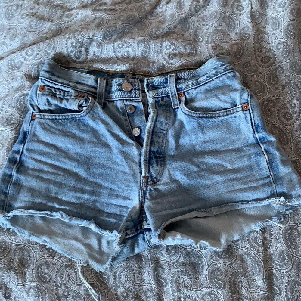 säljer mina super fina levis 501 shorts. älskat dem så mycket men dem har tyvärr blivit för små. :( finns ingen storlek men skulle säga runt xs och runt waist 24. köpta second hand så kan inte garantera äkthet. frakt tillkommer på 48kr.💗💗💞. Jeans & Byxor.