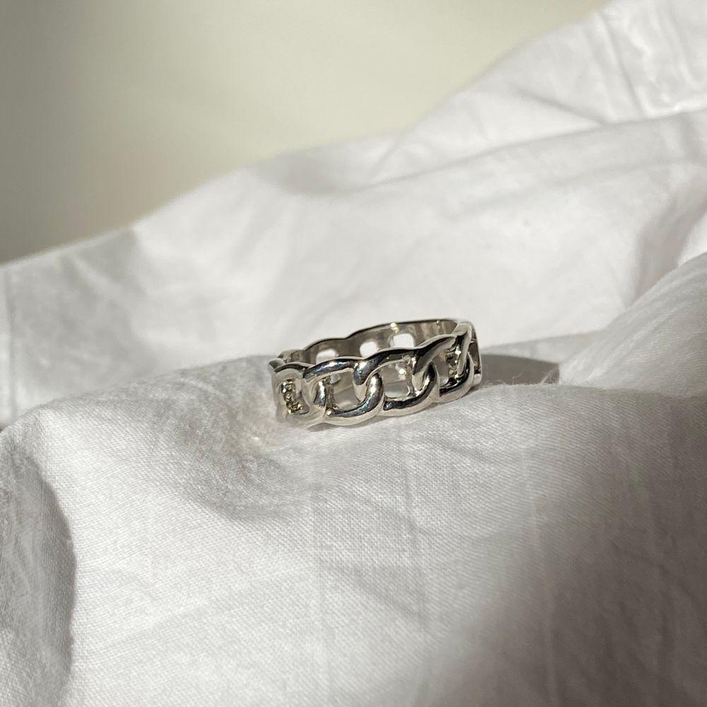 Säljer dessa jätte coola ringar som finns i storlek S och L 💕 kostar 80kr + frakt 12 kr frakt!😝 ❗️man får med andra ringar som surprise ❗️ FINNS FLER RINGAR UPPE!. Accessoarer.