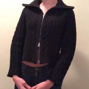 En så trendig svart hoodie med två dragkedjor för önskad passform! Lik den från Brandy Melville 💘
