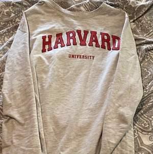 Säljer en vintage harvard sweatshirt, i bra skick och älskar verkligen den men säljer den för att jag söker efter något nytt. Tröjan är bekväm och sitter bra. Storlek m men skulle säga att den sitter som en s