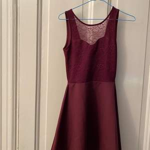 supergullig klänning köpt på hm, säljer då den inte kommer till användning, spets vid bröstet och öppen rygg, köparen står för frakten och kan välja om spårbart eller vanlig frakt❣️