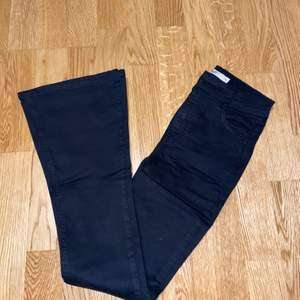 Svarta bootcut jeans från Gina Tricot (petite) strl XS.