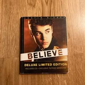"""Justin Biebers """"Believe"""" på CD. Deluxe limited edition med en 100 sidor bok och signatur, vilket gör priset. Lite nötta sidor."""