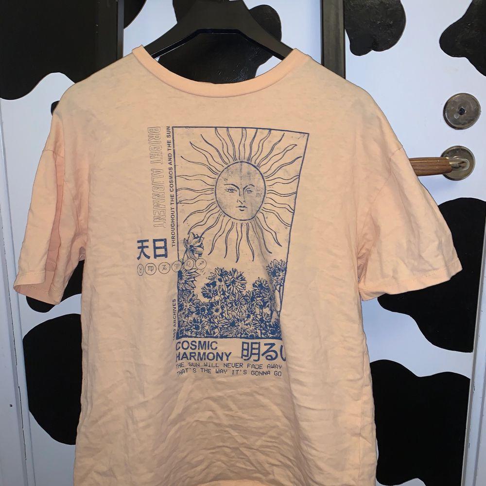 super fin tröja från pull&bear. väldigt mycket sommar vibbar. super coolt tryck. storlek m. frakt tillkommer på 24kr. 💗💗💞. T-shirts.
