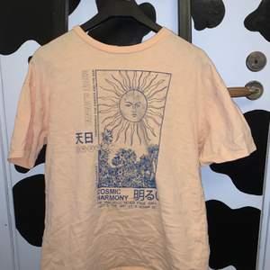 super fin tröja från pull&bear. väldigt mycket sommar vibbar. super coolt tryck. storlek m. frakt tillkommer på 24kr. 💗💗💞