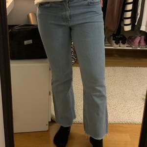 Fina, något utsvängda jeans från NAKD. Medelhöga i midjan med rå kan nertill. Använda men i fint skick.